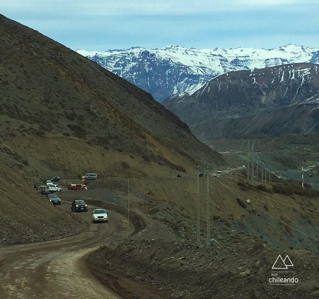 Trecho de terra ao Embalse el Yeso, no inverno