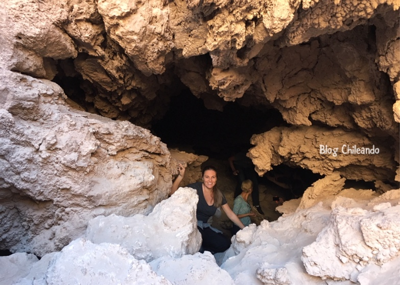 Explorando caverna no Vale da Lua