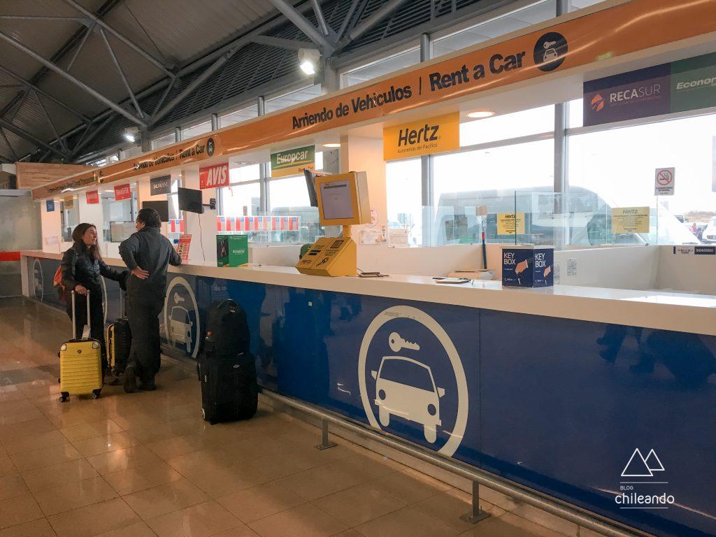 Guichê para aluguel de carros no aeroporto de Punta Arenas