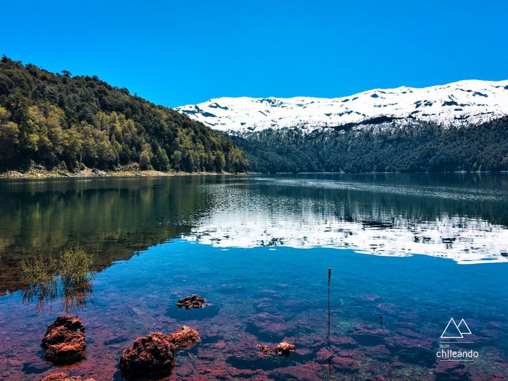 A paisagem multicolorida do lago Conguillío