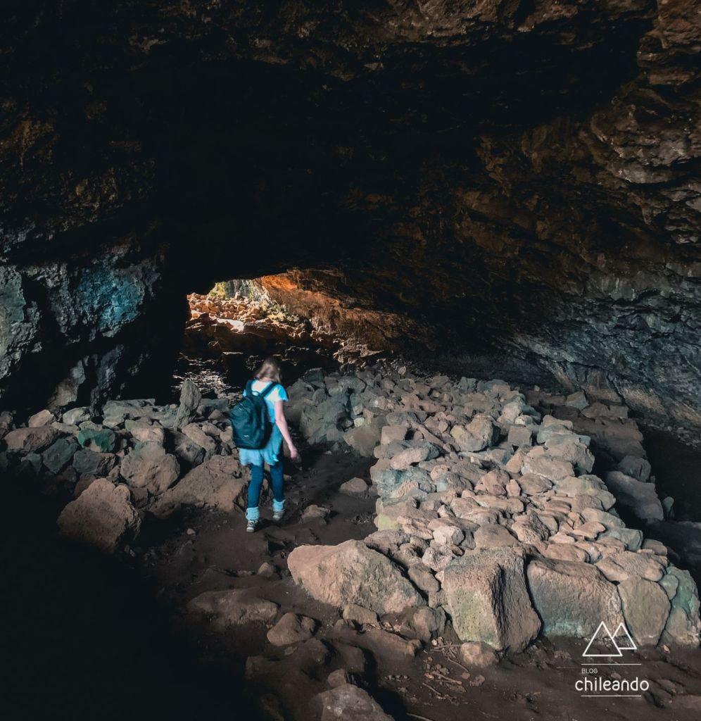 Explorando uma das cavernas de lava da ilha de páscoa