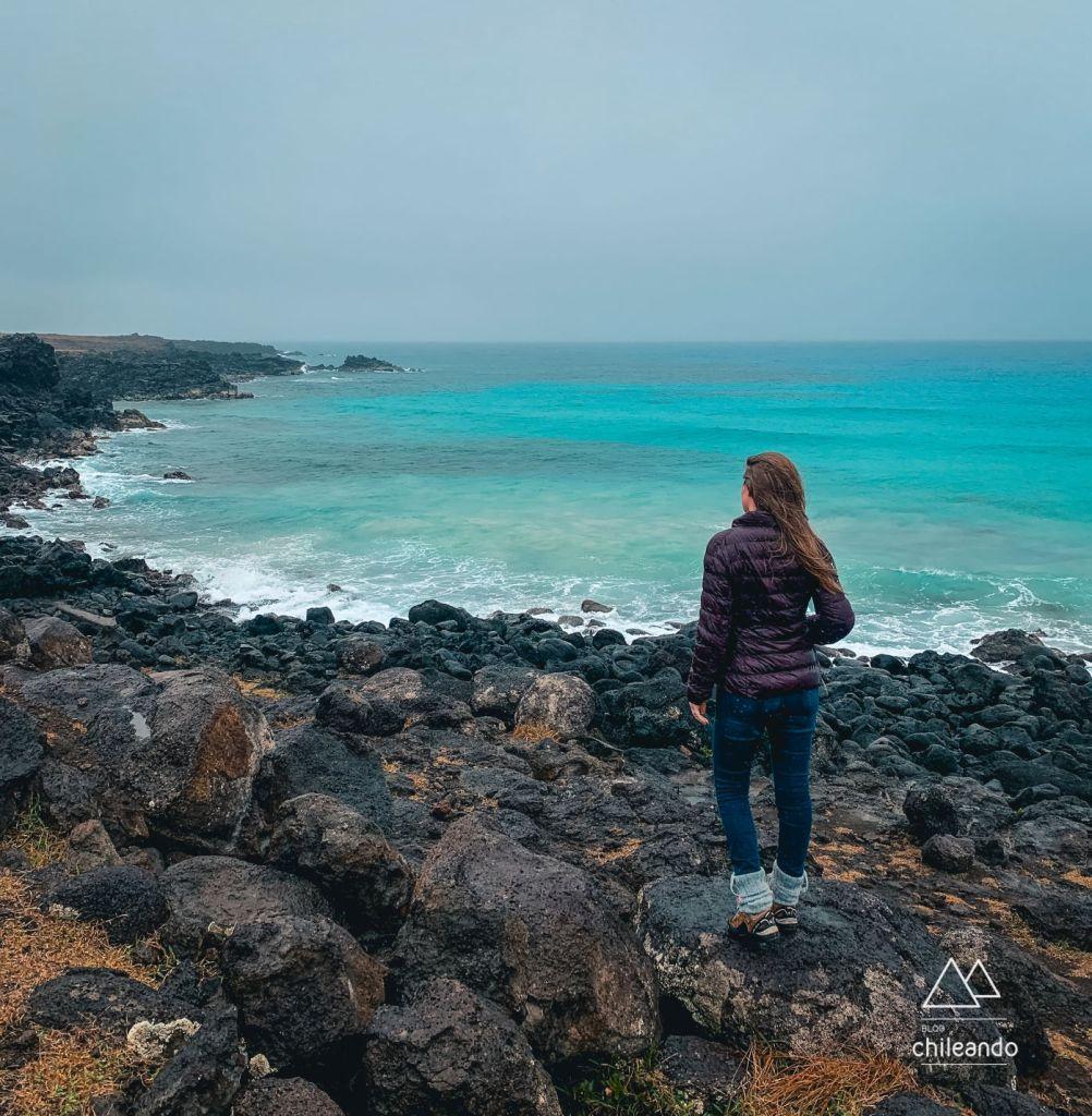 Rochas negras de origem vulcânica pela costa da Ilha de Páscoa