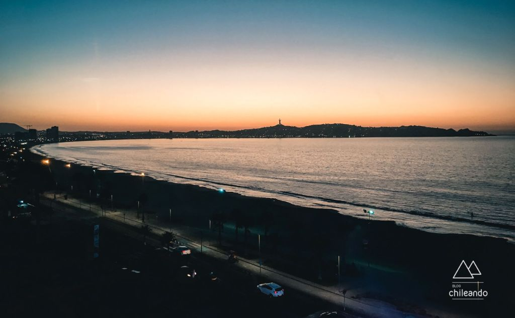 Vista do hotel ao anoitecer em La Serena