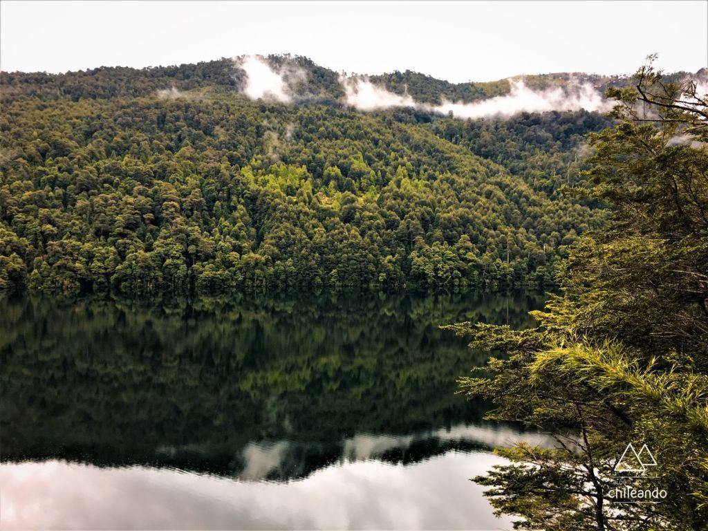 Vista do mirante Ñirrico para o lago Tinquilco, no parque Huerquehue