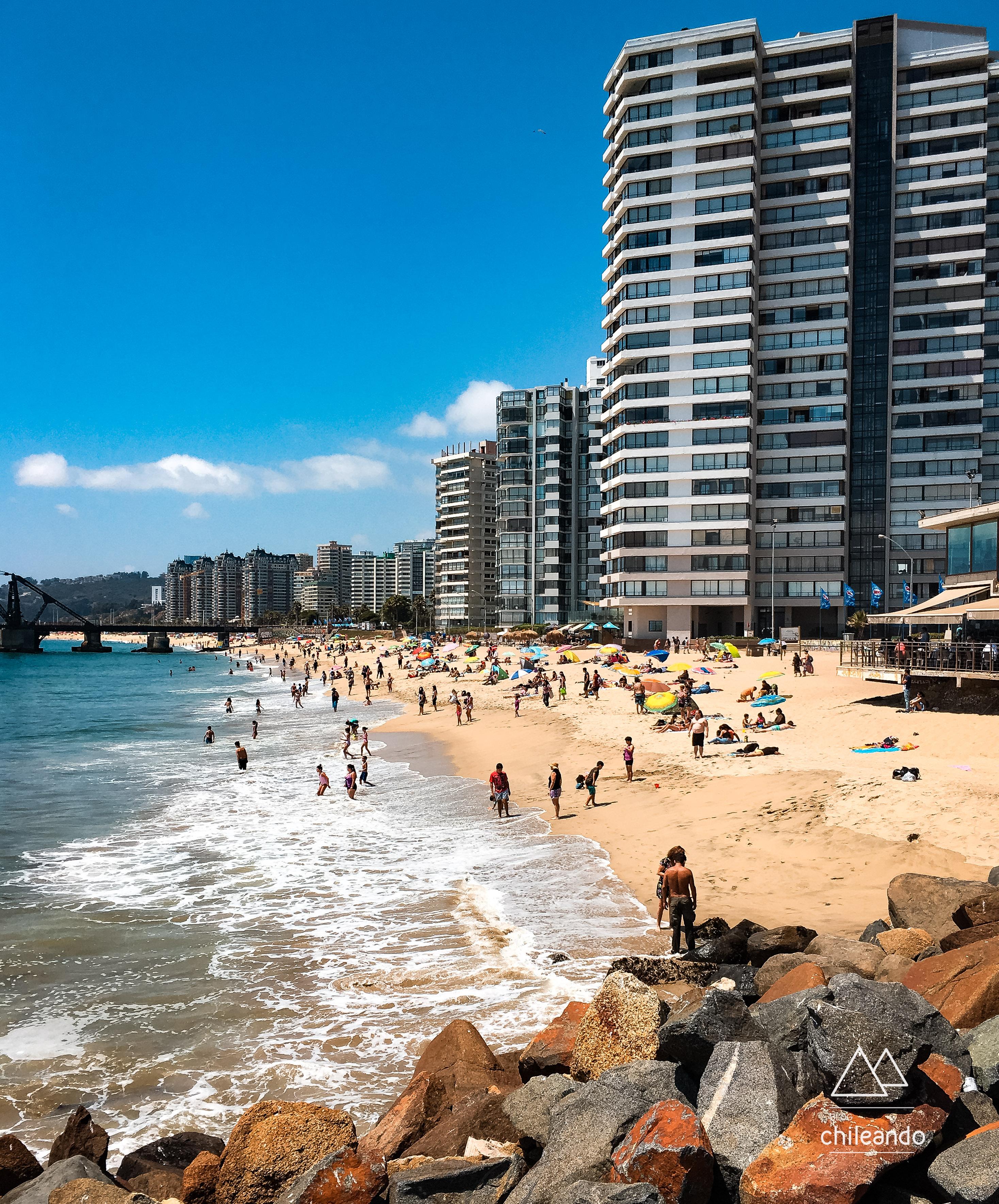 Praia de Viña del Mar em uma terça-feira de verão