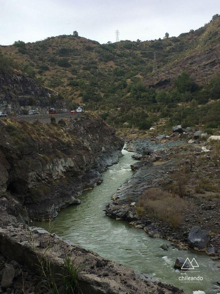 A via margeia o lindo Rio Maipo