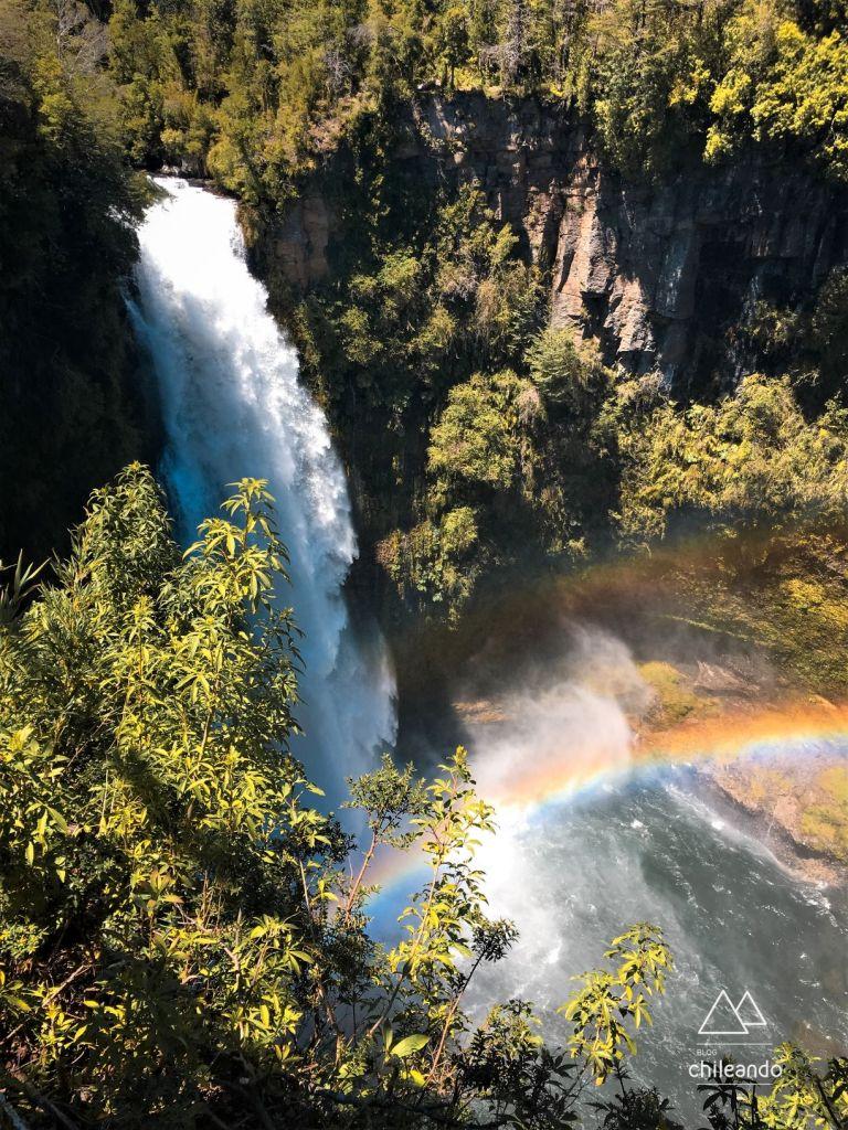 Cachoeira Malleco acompanhada de seus arco-íris, no parque Tolhuaca