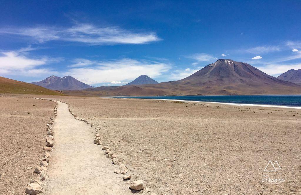Trilha para caminhada à beira das lagoas, no Atacama