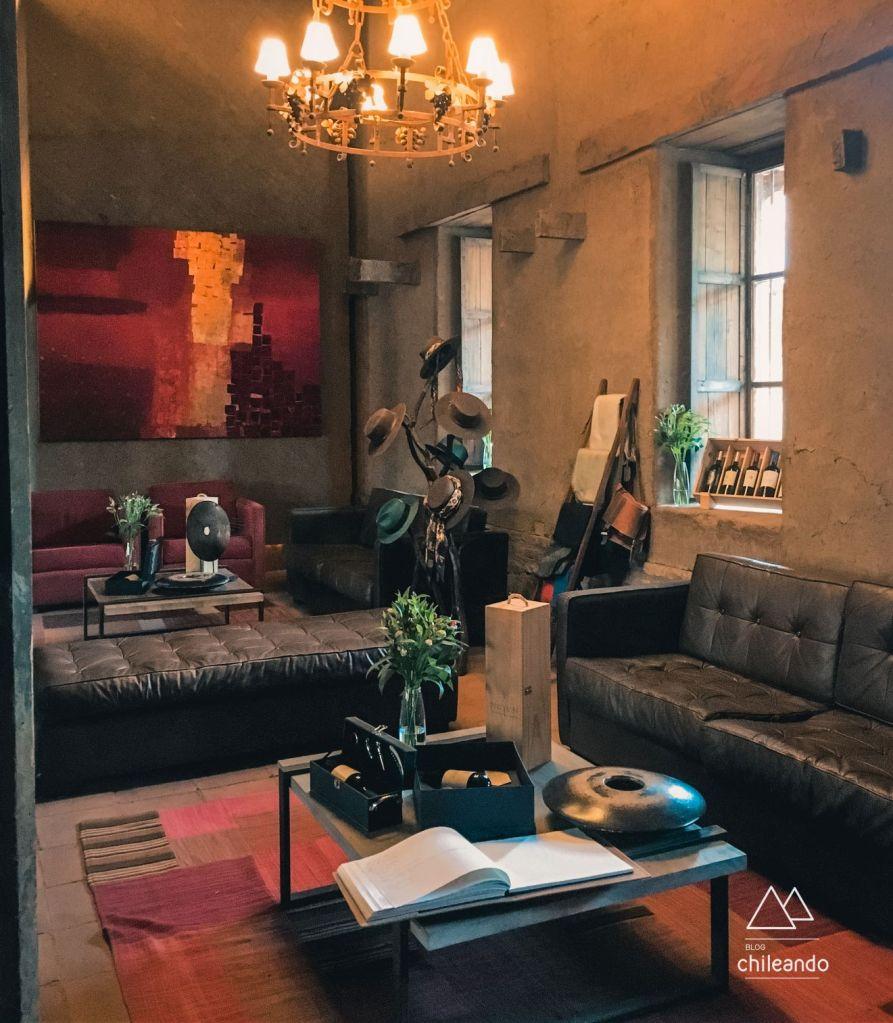 Os ambientes internos da vinícola Neyen lembram um castelo medieval