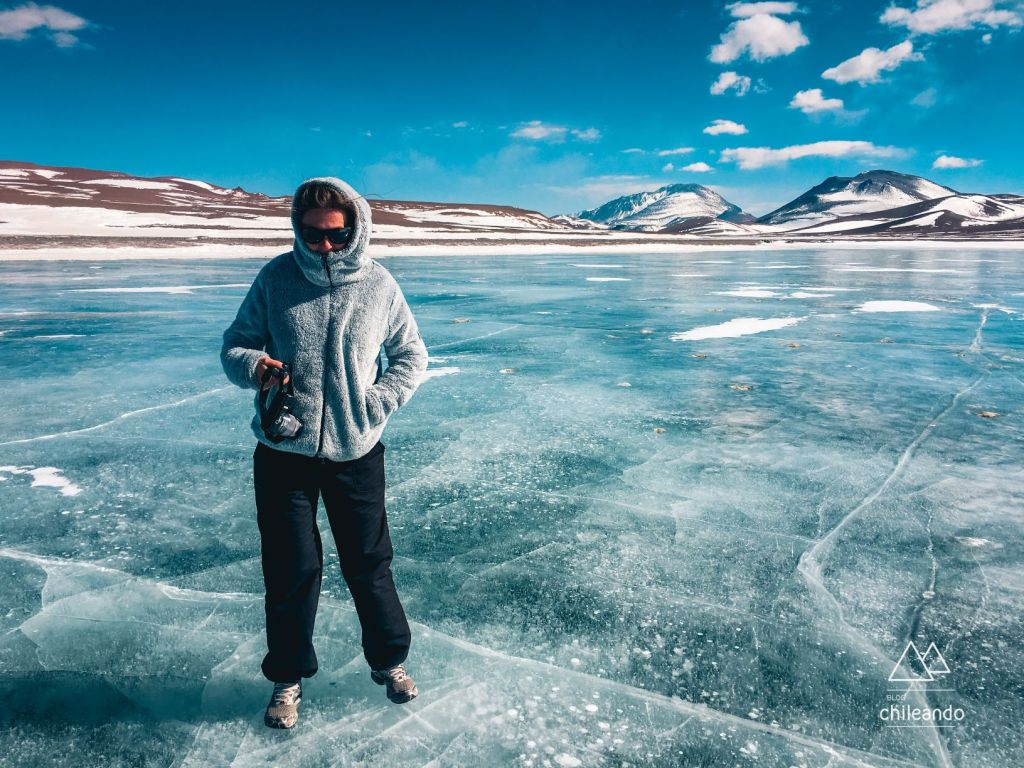Andando sobre a lagoa Diamante congelada, no Atacama