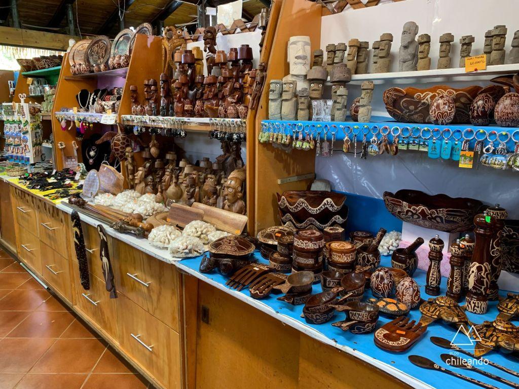 Os artesanatos locais no mercado de Hanga Roa