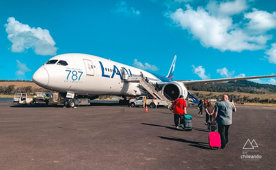Avião na pista do aeroporto de Ilha de Páscoa