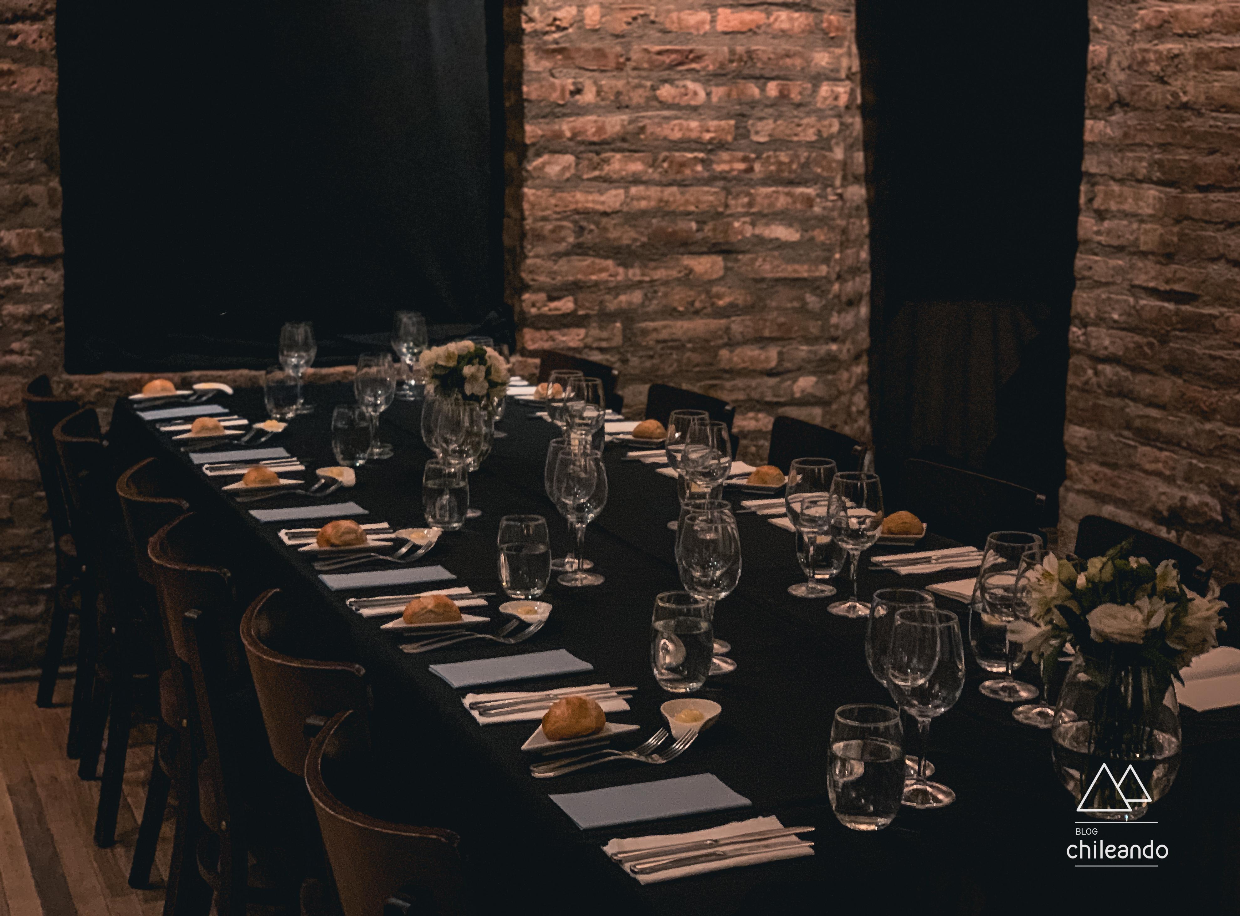 Sala do jantar no escuro em Santiago