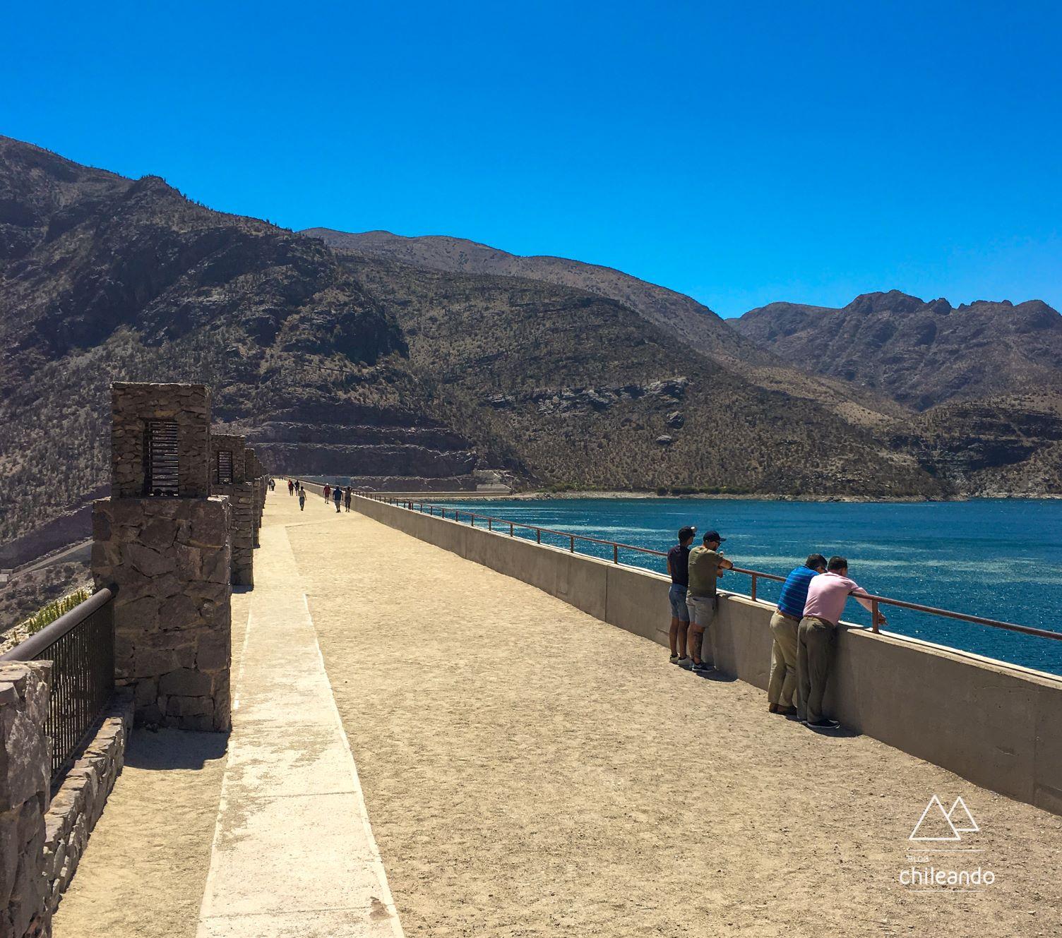 Calçadão  sobre a barragem Puclaro. De um lado vale e de outro represa