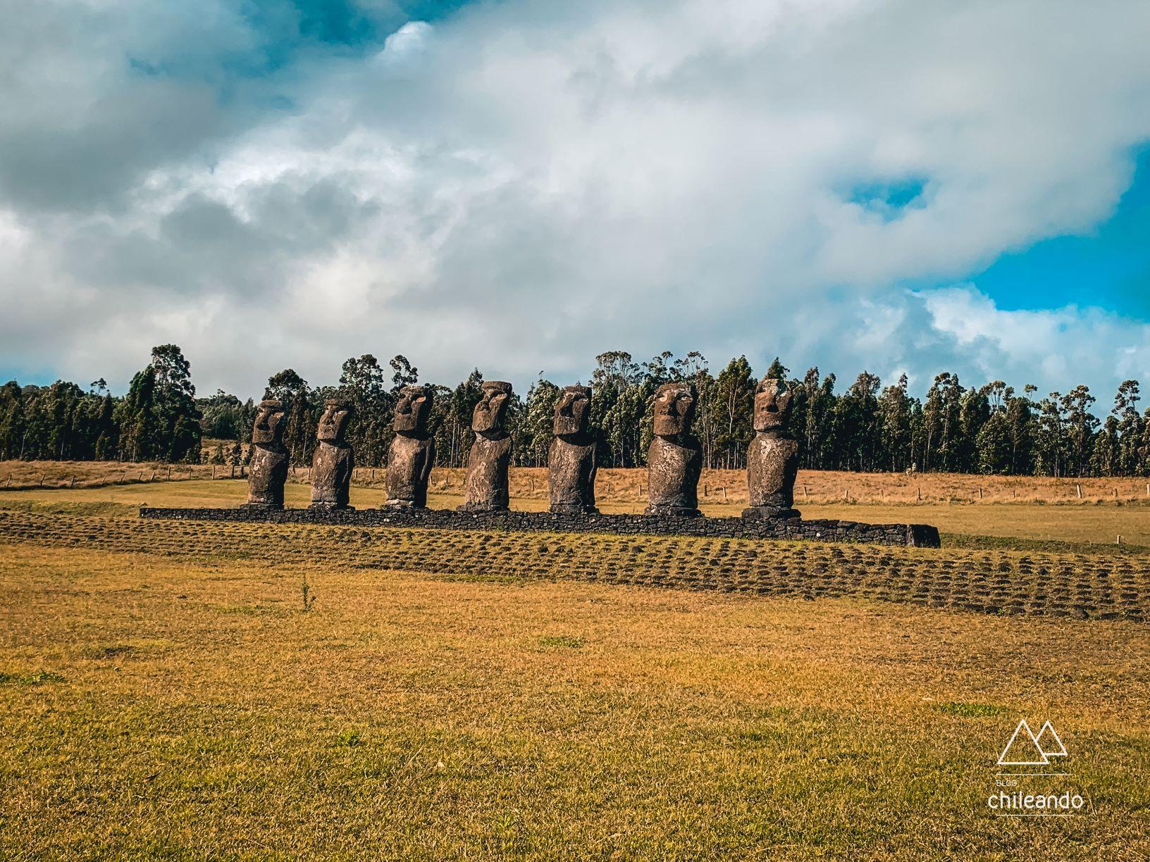 As estátuas que olham em direção à terra dos primeiros exploradores da ilha