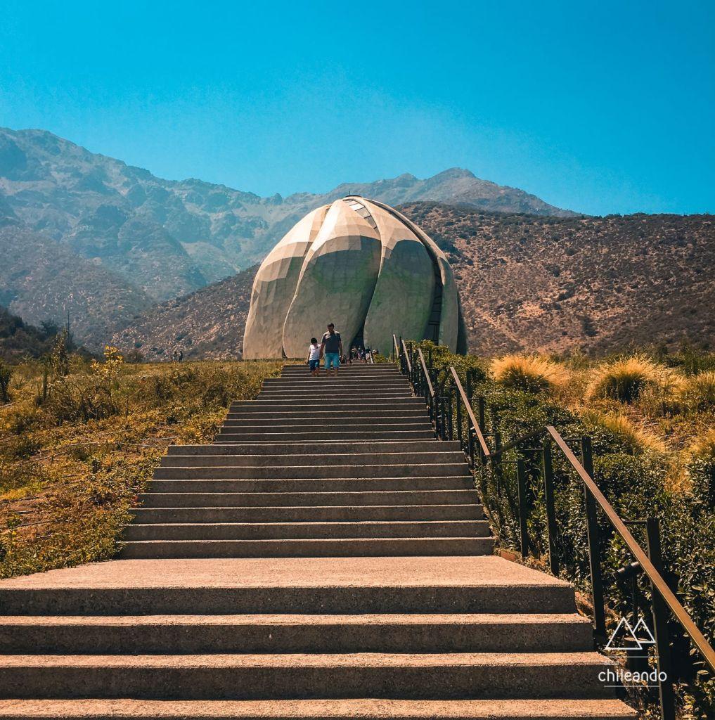 Escadas de acesso ao templo Bahá'í, no Chile