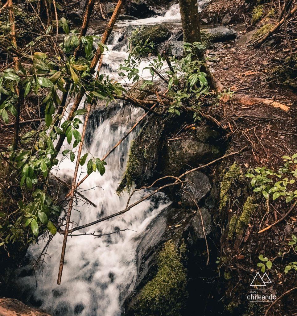 Queda d'água na trilha Ñirrico, no Huerquehue
