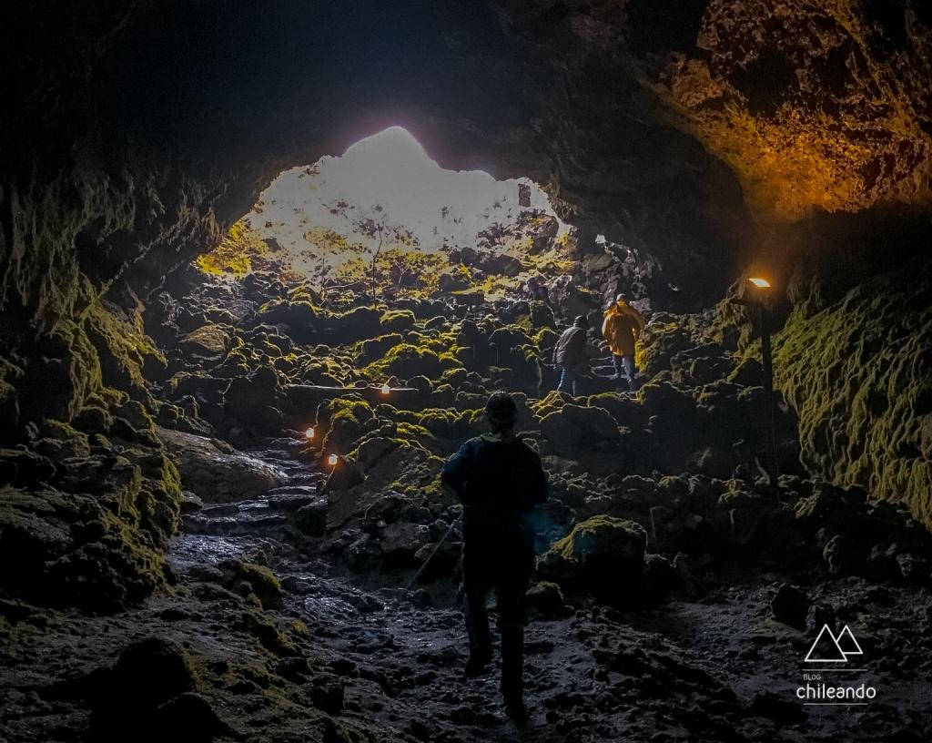Acesso à caverna de lava vulcânica