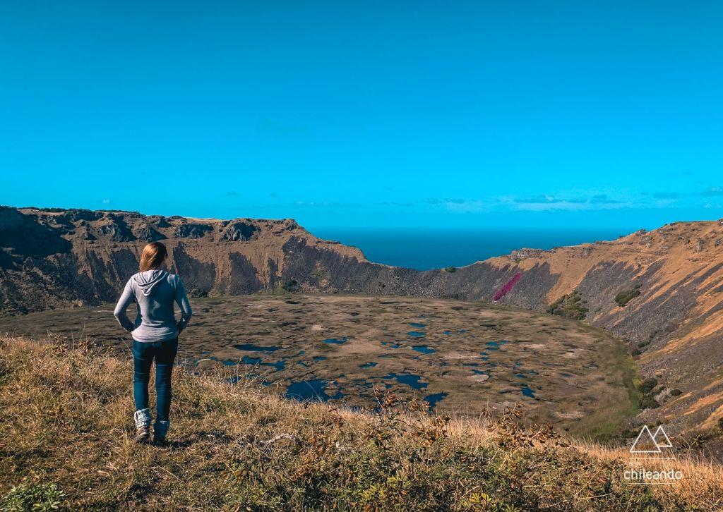 Cratera do vulcão Rano Kau na Ilha de Páscoa, com mais de 1 km de diâmetro