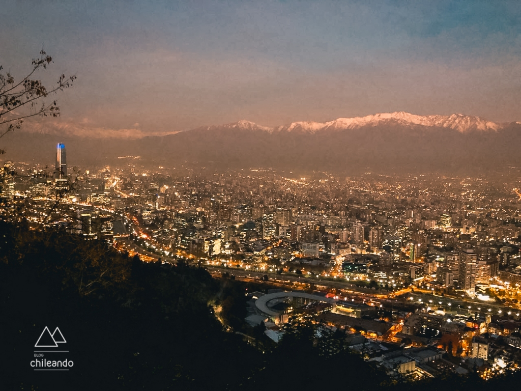 Santiago ao anoitecer vista do cerro San Cristóbal