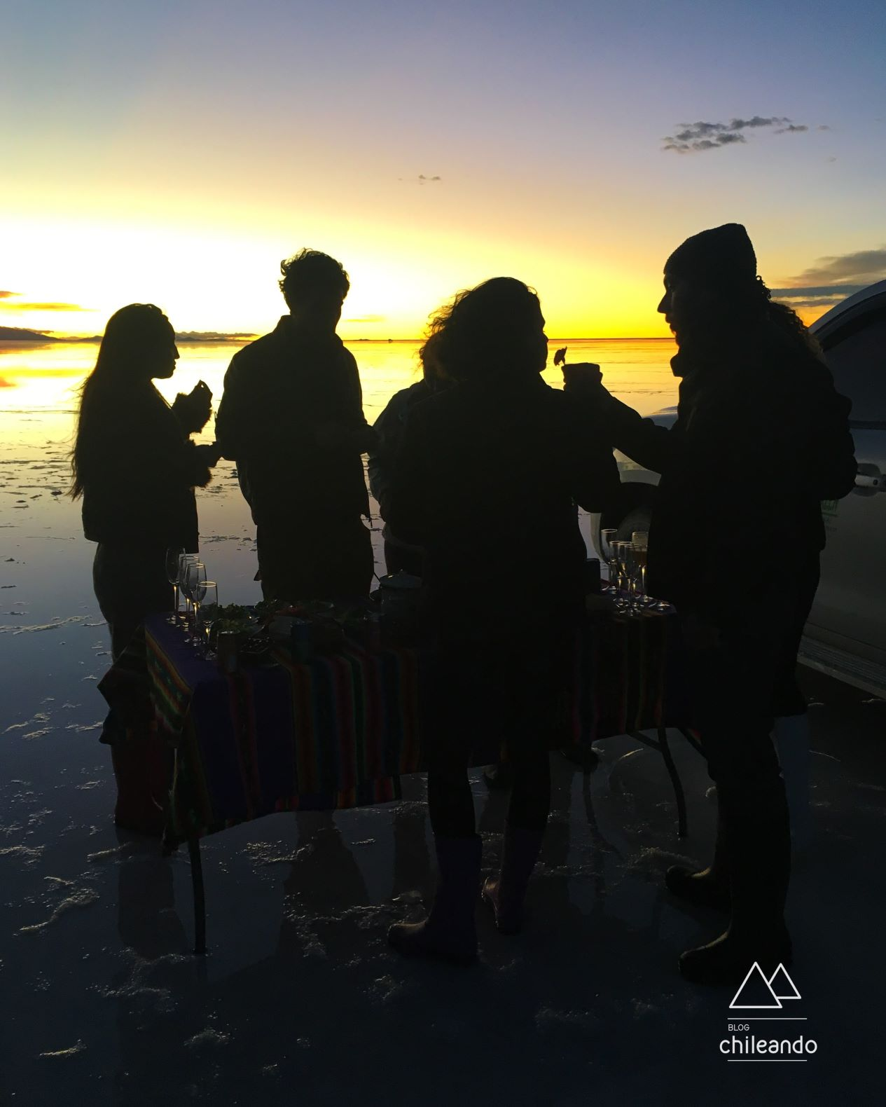 Coquetel ao pôr do sol no meio do salar de Uyuni