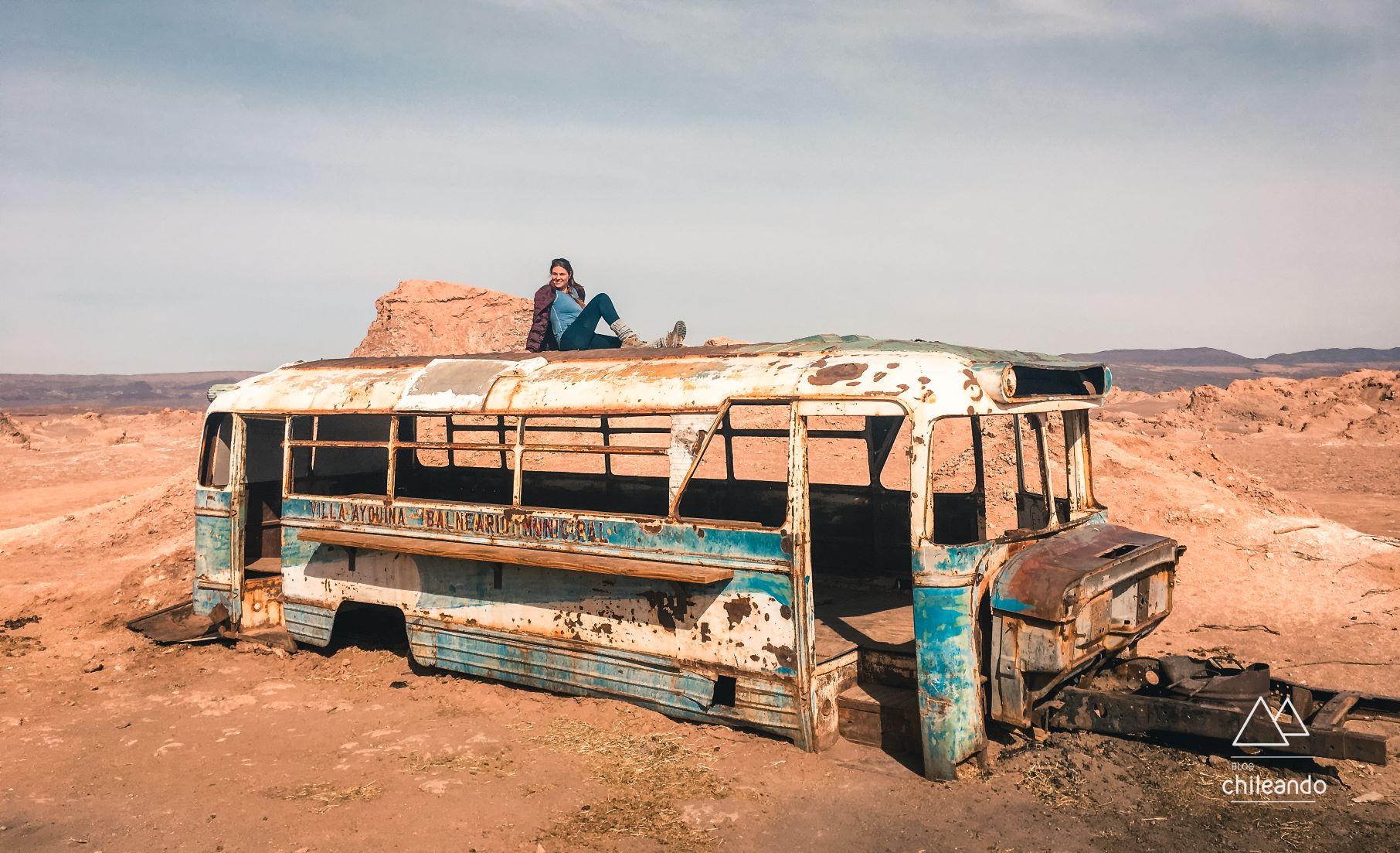Sessão de fotos em ônibus abandonado no deserto Foto: Ju Buosi
