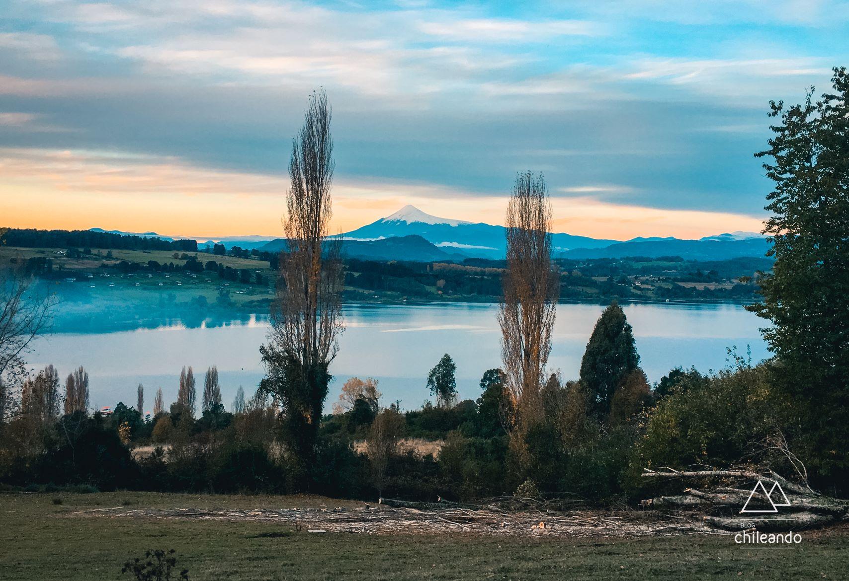 Vista para o lago Panguipulli e o vulcão Villarrica